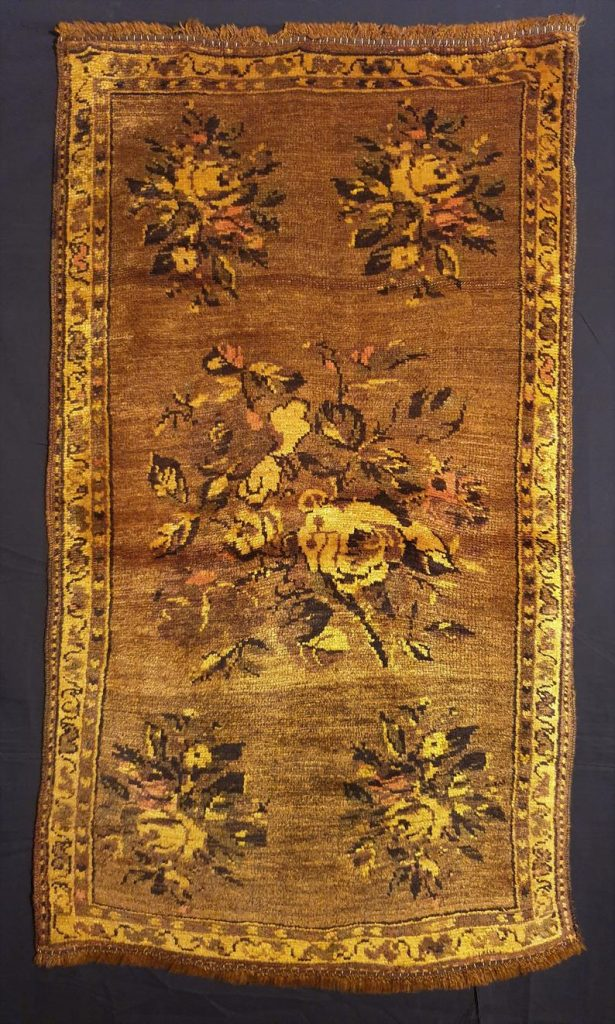 Chorzone rugs often feature medallions, some of which are similar to Caucasian designs.