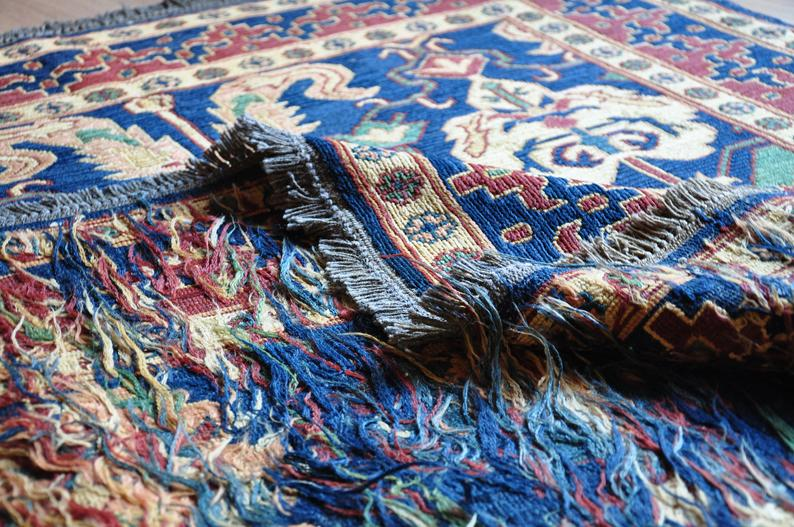 Soumak is a type of flat weave, somewhat resembling but stronger and thicker than kilim, with a smooth front face and a ragged back. Meanwhile, hand kilim is smooth on both sides. This technique lacks the slits characteristic of kilim. It is usually woven with supplementary weft threads as continuous supports.